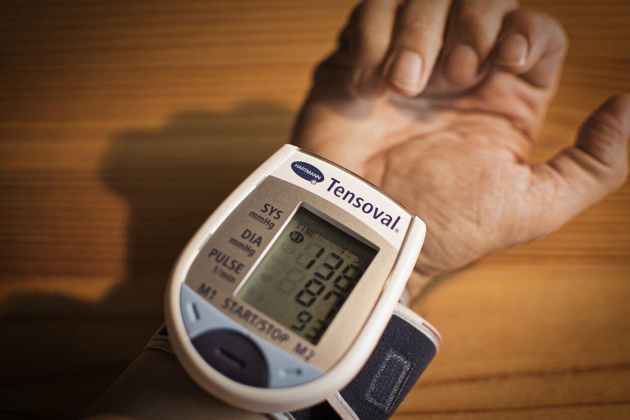 【高血圧】手首式はおすすめ?|勤務先でも使用する自宅血圧計を紹介